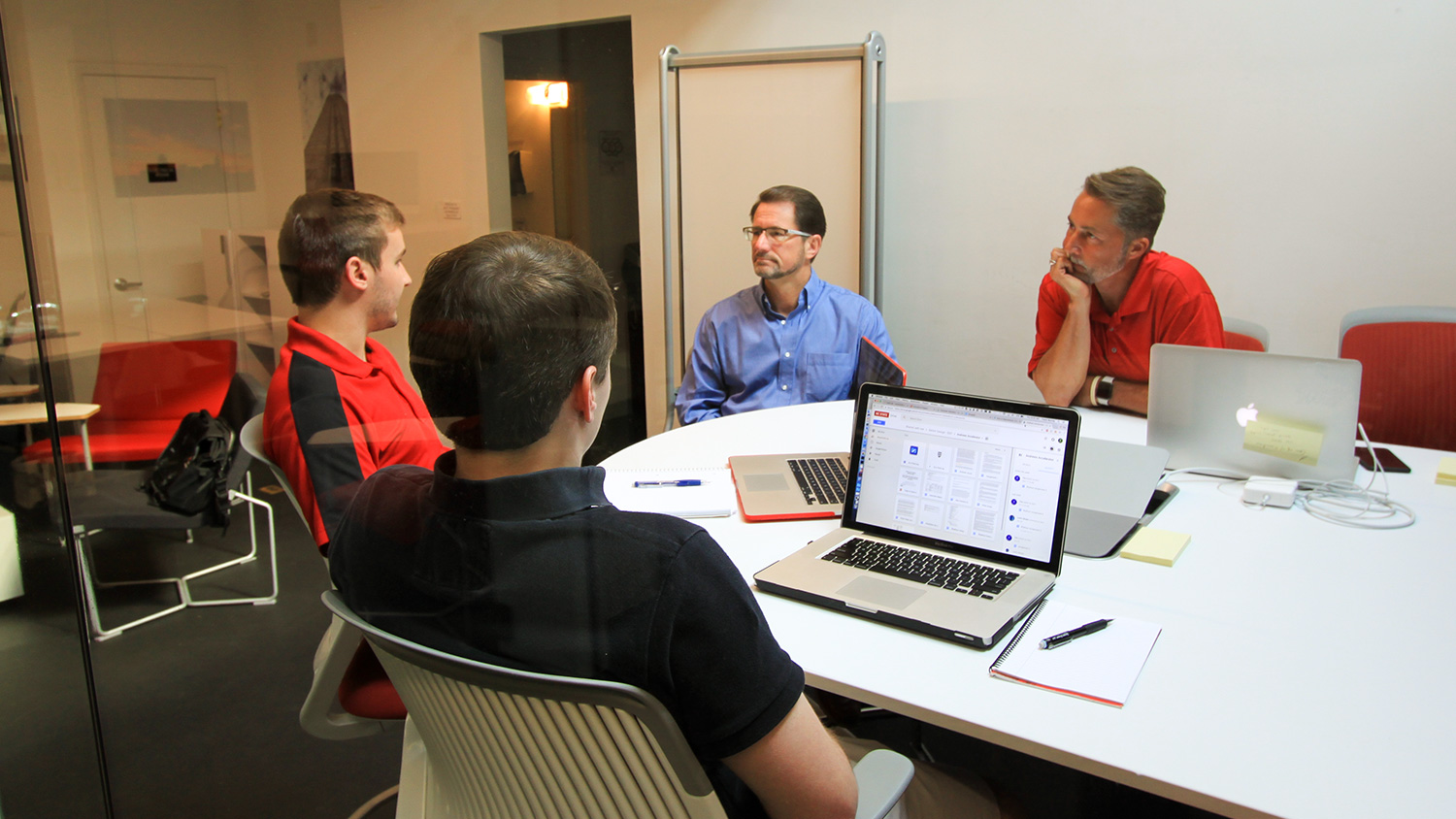 Photo of Entrepreneur in Residence Jeff Williams meets with members of the Rythcor Andrews Launch Accelerator team and Lewis Sheats, NC State Entrepreneurship Clinic director.